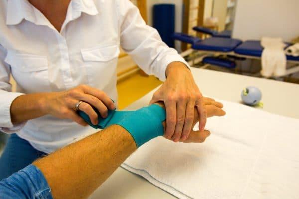 Handtherapie München mit Flossing